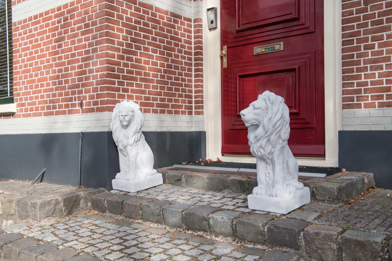 Die Löwen machen vor Ihrem Eingang einen hervorragenden Eindruck. Danke für das Foto.