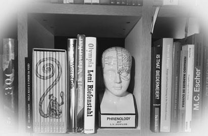 Cher Sérgio, merci beaucoup pour la superbe photo de notre buste phrénologique dans votre bibliothèque. ??? Merci beaucoup de nous l'avoir fait partager. Salutations des frères Kreiner