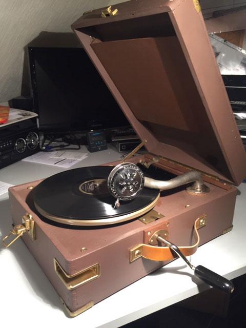 Kundenfoto von Herr Heier. Herzlichen Dank dafür. Er hat eine unserer Nachbau Schalldosen als Ersatzteil in sein antikes Grammophon eingebaut.