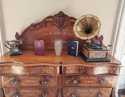 Lieber Stephen, liebe Sue, vielen Dank für das prima Foto unseres Grammophons auf der schönen Kommode. Das hat uns sehr gefreut. ❤️ Alles Gute senden Eric & Thomas.