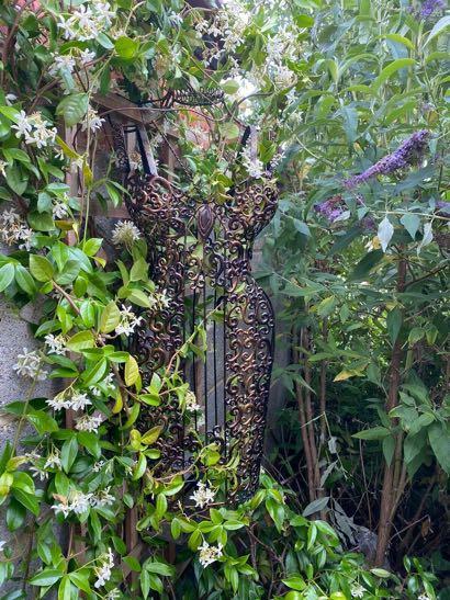 Liebe Kundin, herzlichen Dank für das wunderschöne Foto mit unserer Schneiderpuppe in deinem Garten. ❤️ Das hat uns sehr gefreut ! Wir wünschen Dir alles Gute für die Zukunft. Lass es Dir gut gehen. Die Brüder Eric & Thomas