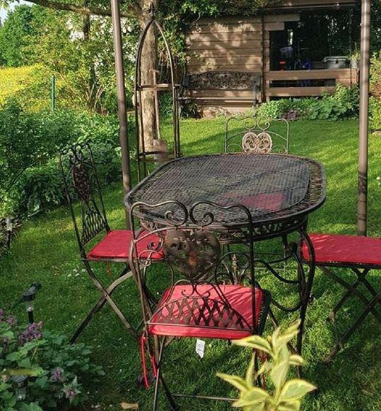 Viel Spaß und schöne Stunden mit und auf unserer Gartengarnitur. Ein wunderschönes Foto !